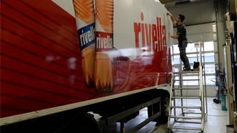 Neues Design, neues Kleid: Hier wird ein Lastwagen mit dem neuen Rivella-Design beklebt.