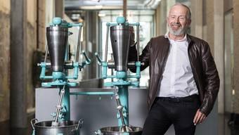 Robert Aeschbach, Nachfahre des einstigen Firmen-Patrons und Namensgebers des Industriequartiers, fotografiert mit einer Maschine des Typs SE-II, in der Aeschbachhalle Aarau, am 1. April 2019.