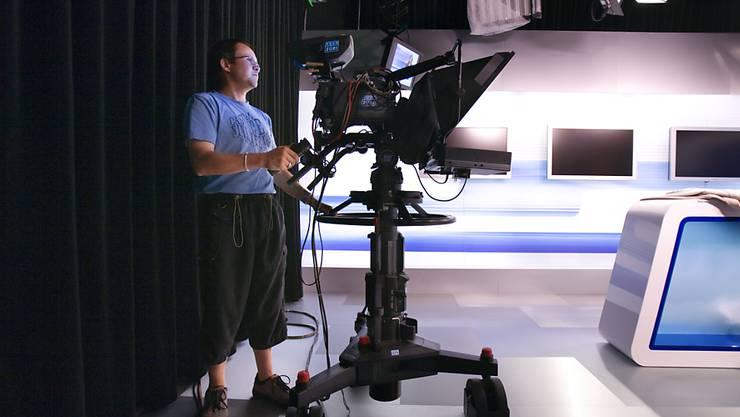 Die Bundeshaus-Redaktionen für TV und Radio der CH Media werden zusammengelegt. Im Bild ein Kameramann von TeleZüri, das zur CH Media gehört. (Archivbild)