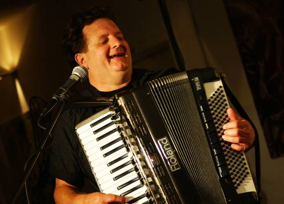 Markus Maggi spielt Akkordeon