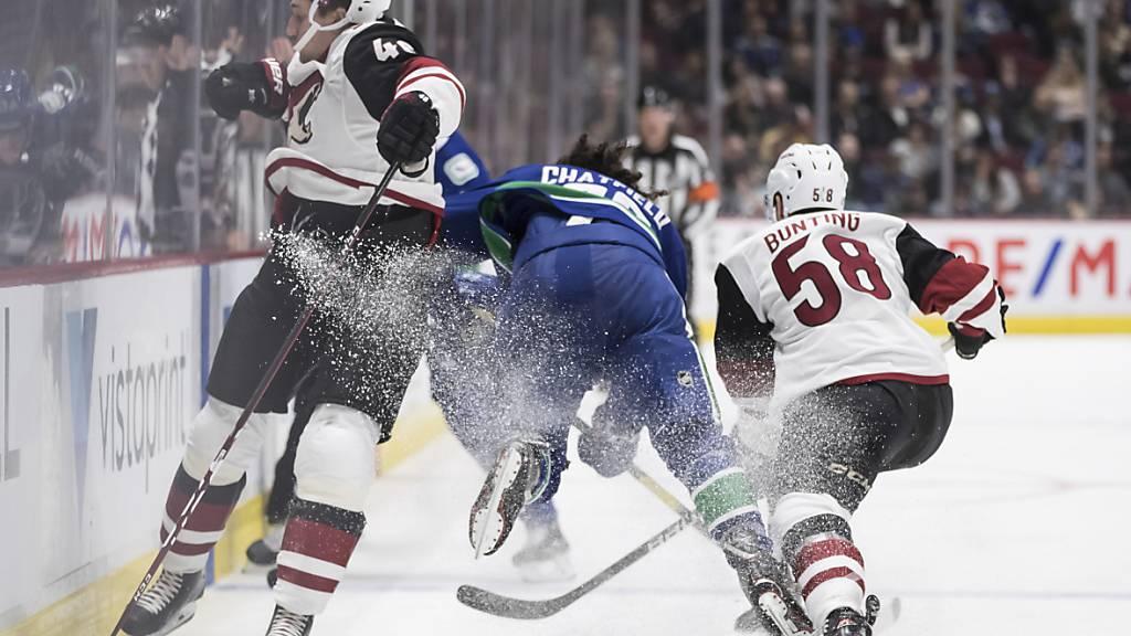 Ab den WM 2022 werden die WM auf kleinere Eisflächen im NHL-Format ausgetragen. Im Bild eine Szene aus einem NHL-Spiel zwischen den Arizona Coyotes und den Vancouver Canucks