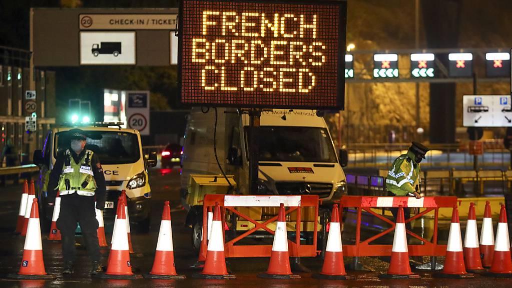 Polizei und Hafenpersonal weisen ankommende Fahrzeuge an einer Strassensperre vor dem Hafen von Dover in der Grafschaft Kent ab, der nach der Ankündigung der französischen Regierung, in den nächsten 48 Stunden keine Passagiere aus Grossbritannien zu akzeptieren, geschlossen wurde.
