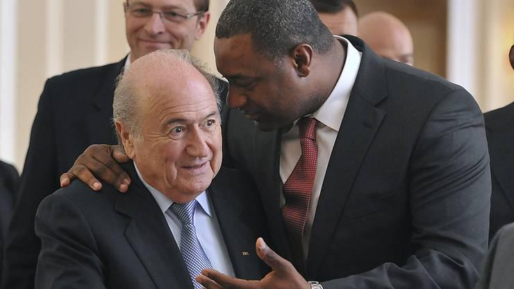 FIFA-Präsident Sepp Blatter vor drei Jahren in Budapest mit dem heute in Zürich verhafteten Jeffrey Webb