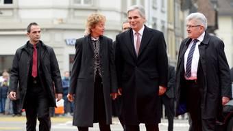Eveline-Widmer Schlumpf, Werner Faymann und Roland Brogli auf dem Weg ins Regierungsgebäude.
