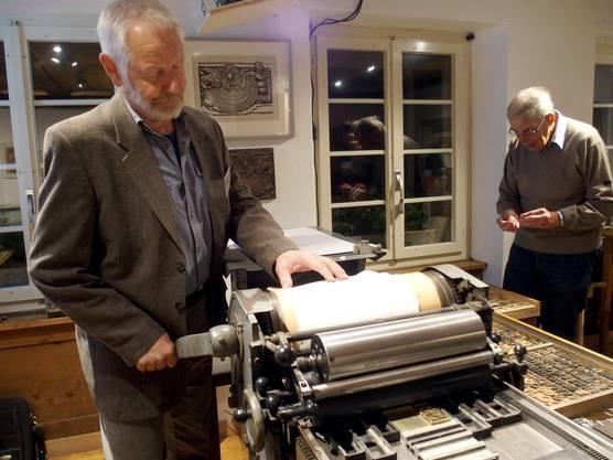 Ruedi Sommerhalder ist mit seiner alten Hochdruckpresse zugange.