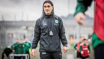 Hakan Yakin ist in Form: der Trainingsanzug mit dem Emblem des FC St. Gallen spannt nicht.