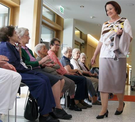 Während die beiden reifen Damen im Ruggacher Blusen, Hosen und Westen vorführten, gab es immer wieder offenen Applaus aus dem Publikum.