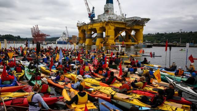 Bunte Protestaktion: Umweltaktivisten umkreisen die Ölplattform