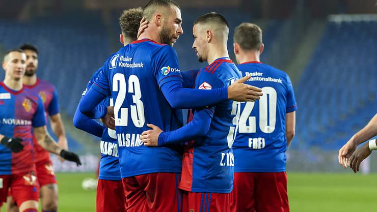 Die Basler beglückwünschen 2:0-Torschütze Pajtim Kasami (Nr. 23)