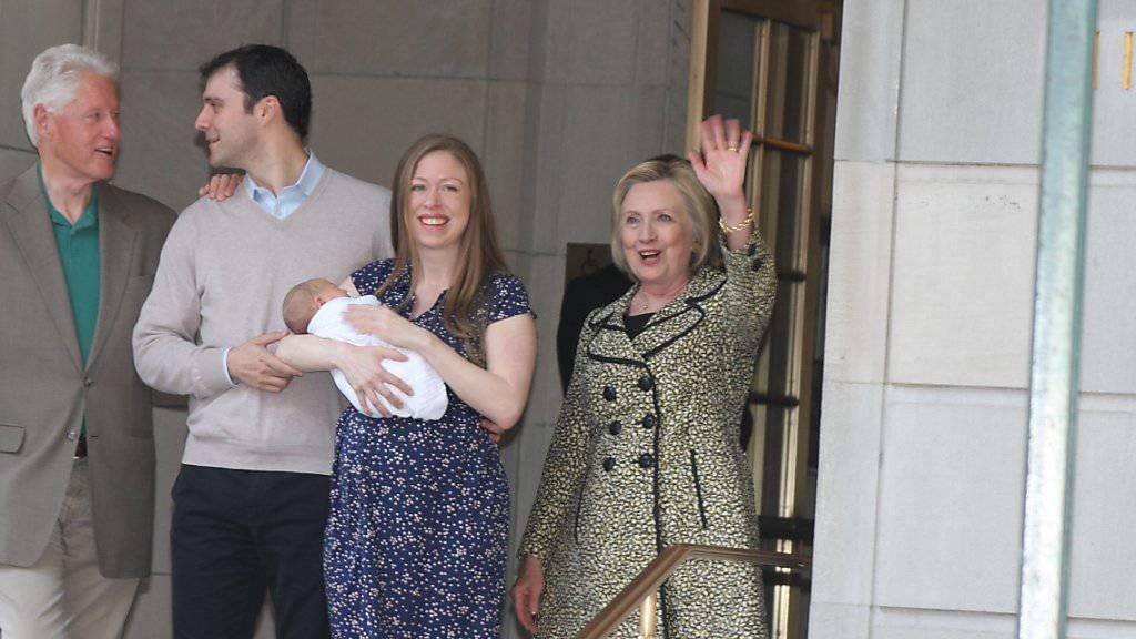 Chelsea Clinton verlässt mit Sohn Aidan das Lenox Hill Spital in New York. Ehemann Marc Mezvinsky und Bill und Hillary Clinton freuen sich über das neue Familienmitglied.