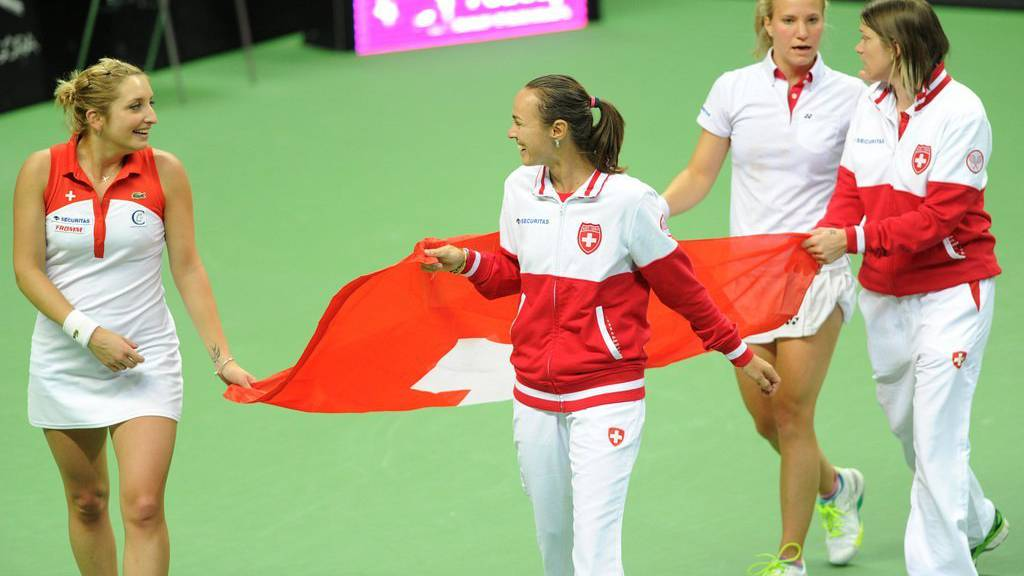 Die Schweizer Tennisspielerinnen feiern den Einzug in die oberste Spielklasse im April 2015