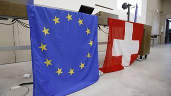 Die Flagge von EU und der Schweiz während der Generalverammlung der Neuen Europäischen Bewegung Schweiz. (Archiv)