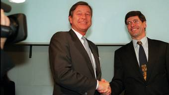 Marcel Ospel (links) und Mathis Cabiallavetta bei der Bekanntgabe der grossen Bankenfusion.