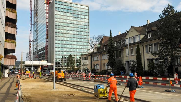 Für die Bewohner des Quartiers ist der Bau 1 weniger ein schöner Turm, als eine belastende Baustelle.
