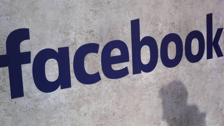 Das soziale Netzwerk reagiert auf Fake-News-Vorwürfe. (Archivbild)