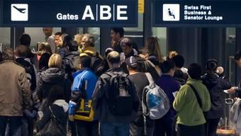 Grossandrang vor der Passkontrolle am Flughafen Zürich (Archiv)