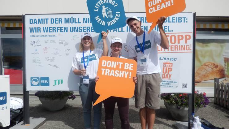 Die Botschafterinnen Seraina Scherini (23) und Irma Müller (24) mit IGSU-Teamleiter Manuel Bissegger (25)
