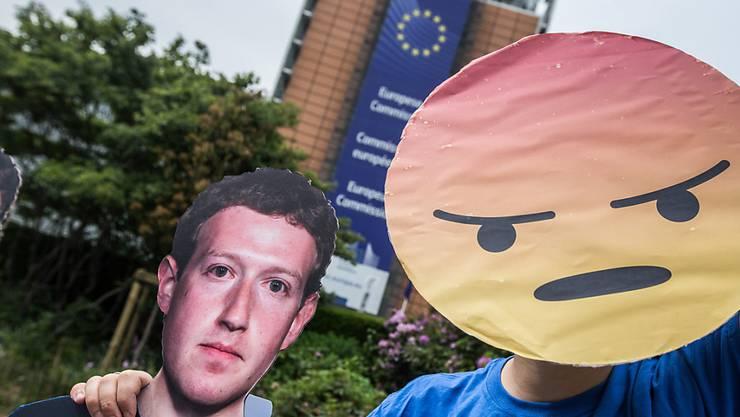 Strassenprotest gegen Facebook-Chef Mark Zuckerberg vor dessen Anhörung im EU-Parlament zum Datenskandal. (Archivbild)