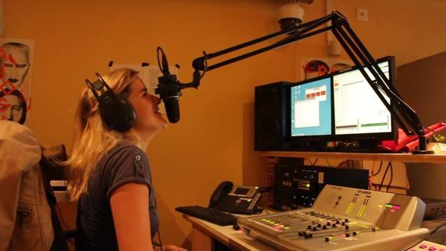 Moderatorin Claudia Stephani beginnt ihre Montagabend-Sendung auf Radiologisch