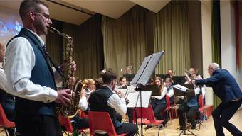 Herrliches Solo von Andy Gantenbein auf dem Saxofon; die Musikgesellschaft Eiken dirigiert Markus Würsch.