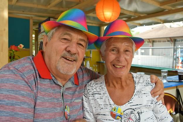 Geniessen die letzten Stadtfeststunden: Peter und Jutta aus Brugg, die sich extra - passend zum Stadtfestmotto - verfärbte Hüte gekauft haben. Die Hüte kommen möglicherweise an der nächsten Fasnacht wieder in den Einsatz.