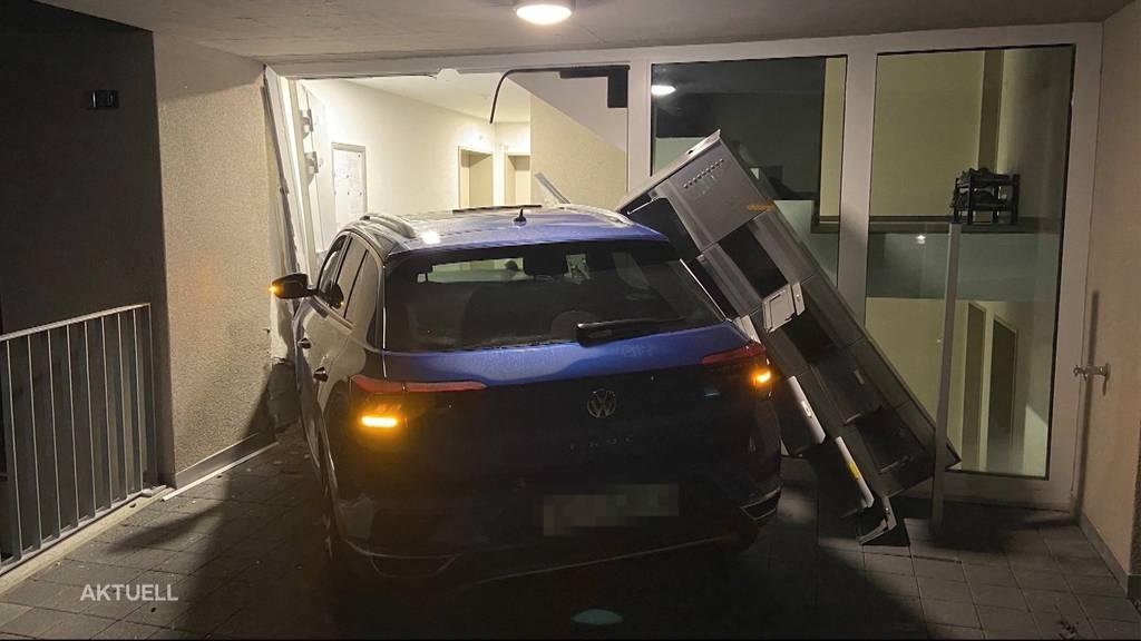Defekte Bremsen? 62-jährige Autofahrerin kracht in Beinwil am See in Hauseingang