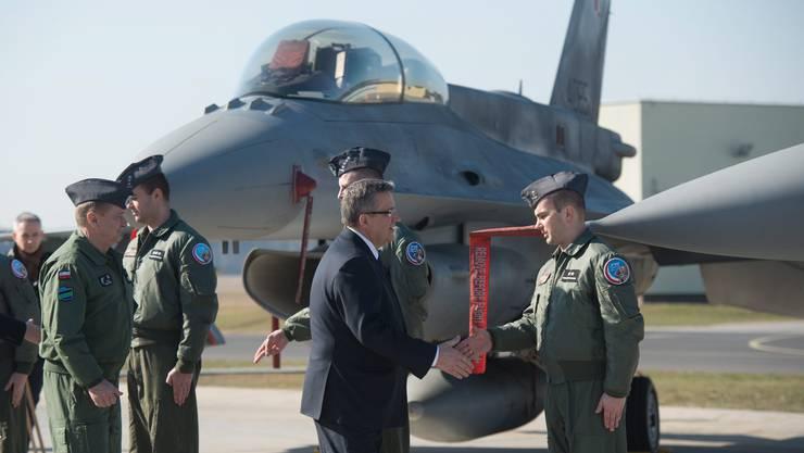 Polens President begrüsst amerikanische F-16-Kampfpiloten nach der Landung auf der Luftwaffenbasis in Lask.