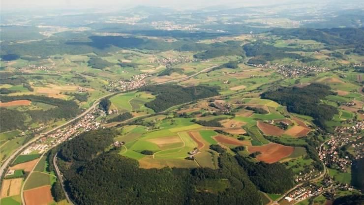 Die mögliche Fusionsgemeinde «Oberes Fricktal» erstreckt sich entlang der Autobahn von Hornussen über Bözen nach Effingen und umfasst auch Elfingen (oben links). Flächenmässig wäre sie dann die grösste Gemeinde im Kanton Aargau.