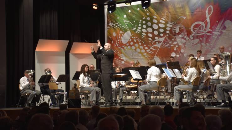 Dirigent: Thomas Kohler und seine Musikgesellschaft Hermetschwil-Staffeln: Auch nach 100 Jahren ist die Spielfreude noch spürbar.