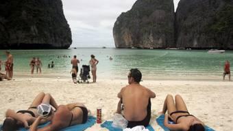 Die von Felsen gesäumte Traumbucht auf der thailändischen Insel Ko Phi Phi bleibt für weitere zwei jahre für Touristen gesperrt. Der Touristenansturm hatte zu massiven Umweltschäden geführt. (Archivbild)