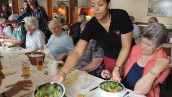 Die Feier zum 40-Jahr-Jubiläum des Pro Senectute Mittagstischs beginnt mit einem gemischten Salat.