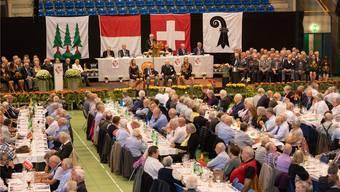 Zentralpräsident Kurt Egloff bei der Ansprache in der Stadthalle (hinten Bildmitte stehend). Links und rechts davon die geehrten Veteraninnen und Veteranen. Bild: Patrick Lüthy