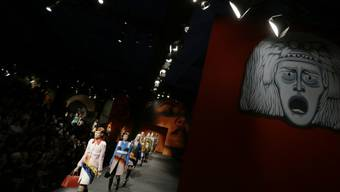 Die Prada-Show geizt nicht mit bunten Farben