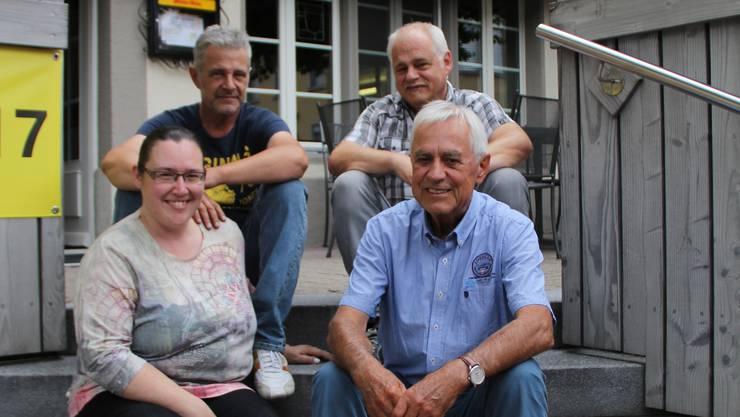 Im August 2017 übernahm das Pächterpaar Sandra Zuber und Michael Glasow (hinten links) den «Bären». Vor einem halben Jahr übernahm Alfred Schaffner das Genossenschaftspräsidium von Siegfried Ulrich (hinten rechts).