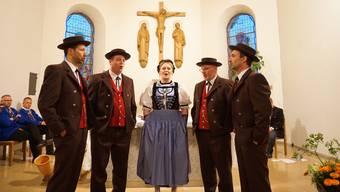 Das Fotos zeigt das Jodlerchörli in neuer Tracht (v.l.): Thomas Stich, Patrick Christ, Sandra Bader, Peter Bader und Martin Hengartner.