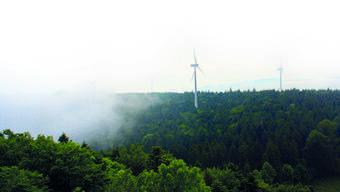 Auf der Challhöhe wollen die IWB einen Windpark bauen. Der Jura-Ausläufer liegt zwischen zwei Kantonen mit unterschiedlicher Energiepolitik.