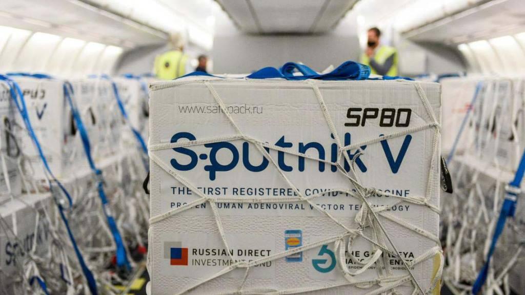 Eine Lieferung des Corona-Impfstoffes Sputnik V steht in einem Flugzeug der argentinischen Fluggesellschaft Aerolineas Argentinas. Foto: ---/telam/dpa