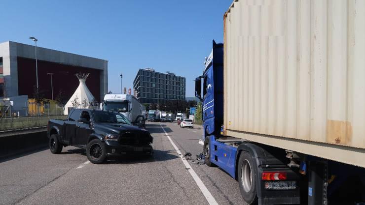 Frontalkollision zwischen Personenwagen und Lastwagen in Pratteln.