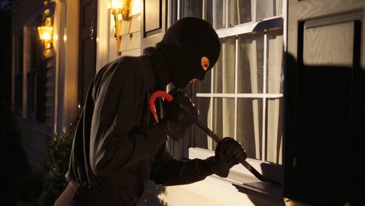 Dank eines aufmerksamen Anwohners konnten zwei Einbrecher auf frischer Tat ertappt werden. (Symbolbild)