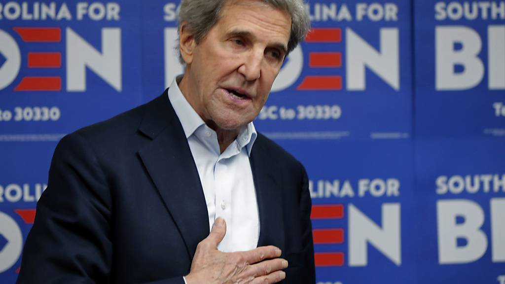 ARCHIV - John Kerry, ehemaliger Außenminister der USA, besucht das Wahlkampfbüro von Joe Biden. Foto: Gerald Herbert/AP/dpa