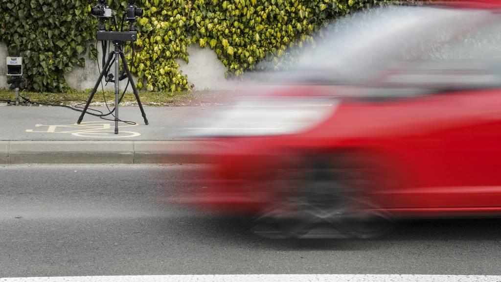 Der Ausserrhoder Kantonspolizei sind am Samstag innerhalb von zwei Stunden 30 Fahrzeuglenker aufgefallen, die teils massiv zu schnell unterwegs waren. (Symbolbild)