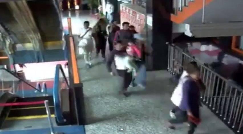 Die Überwachungskamera in einem Einkaufszentrum in Kathmandu zeichnet das Erdbeben auf