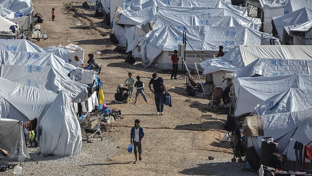 In den Notunterkünften leben nach Angaben von Amnesty International fast doppelt so viele Menschen wie ursprünglich geplant. (Archivbild)