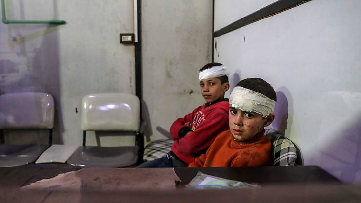 Zwei verletze Knaben warten in einem Spital in Ost-Ghuta, nachdem regierungstreue Truppen das belagerte Rebellengebiet wahllos beschossen hatten. (Bild vom 20. Februar).