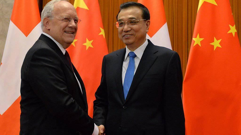 Bundespräsident Johann Schneider-Ammann und der chinesische Premierminister Li Keqiang treffen sich in der Grossen Halle des Volkes in Peking zum Gespräch.