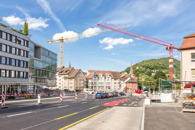 Die Baustelle Schulhausplatz in Baden: Am Wochenende (15./16. Juli) wurde der Belag fertiggestellt und die Markierungen der Spuren angebracht.