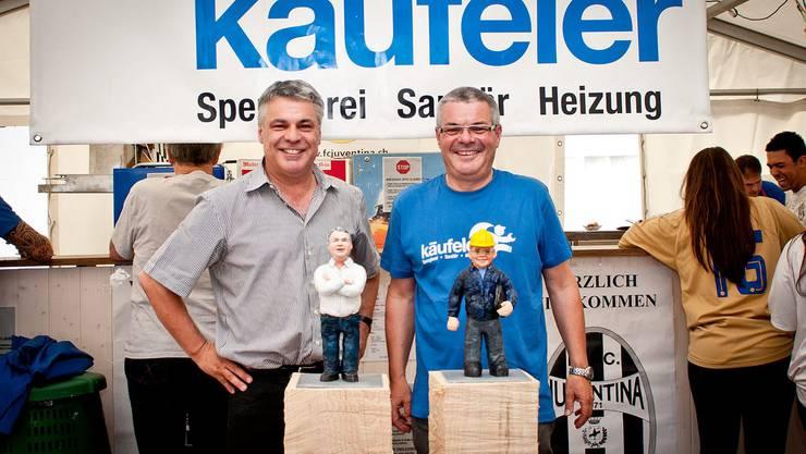 Paul (links) und Bruno Käufeler mit den getrennten Figuren