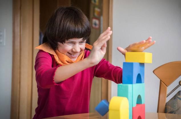Ramona und ihr liebstes Spielzeug. Den Turm hat sie nicht selbst gebaut.