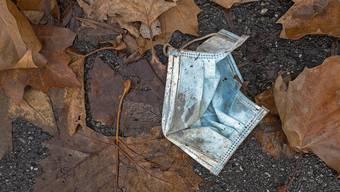 Achtlos weggeworfene Hygienemasken gehören seit der eingeführten Maskenpflicht zum Alltagsbild.