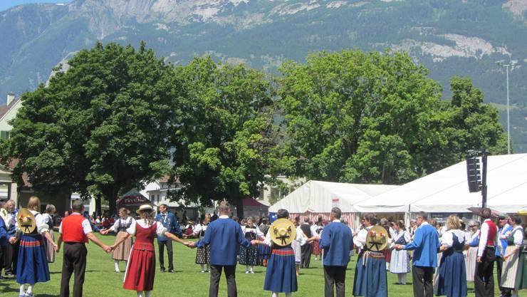Tanzen vor schönster Bergkulisse (Bild zVg)